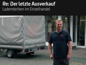 Projektleiter Daniel Solzer beim Räumungsverkauf wegen Geschäftsaufgabe. Total-Ausverkauf bei Vorgerd Sport und Mode in Steinfurt.