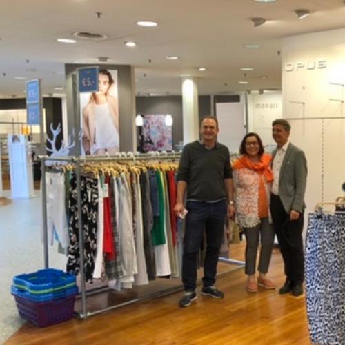 Foto von Thomas Kolb , Gabriela und Richard Aigner mit der Restware, Modehaus Aigner, Liezen (Österreich) - Räumungsverkauf wegen Geschäftsaufgaben Ausverkauf Abverkauf