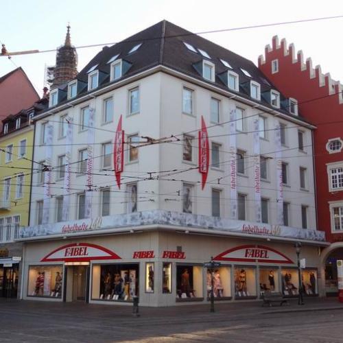 Fassade Modehaus Fabel Freiburg Räumungsverkauf wegen Geschäftsaufgabe Schließung Abverkauf Ausverkauf